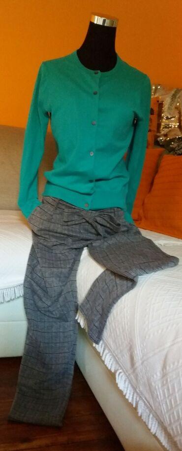 Mekan koncanini džemperić u kombinaciji sa pamucnim pantalonama