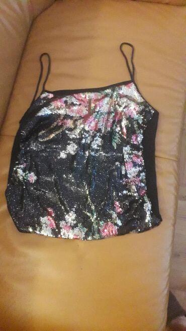 Ženska odeća | Pozarevac: Veoma atraktivna crna majca, napred cvetni dezen, sa