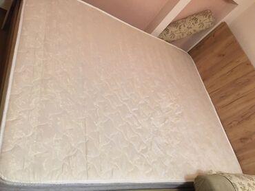 Кровати - Кыргызстан: Продаю двухместную кровать + матрац длина 2 метра Х ширина 1,6 метра