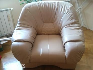 Nameštaj - Vrsac: Trosed i dve fotelje- eko koža. Trosed se razvlači i koristi za