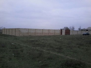 Naxçıvan şəhərində 5 sot torpaq satılır. Hər bir dörd tərəfi kubik daşla hasara alınıb. D