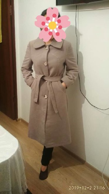 Женские пальто в Бишкек: Продаю два женских зимних пальто. Б/у, состояния отличное. Размер