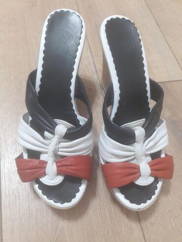 tufli lodochki 39 razmer в Кыргызстан: Продаю кожаные шлепки на платформе в идеальном состоянии. Размер 39. О
