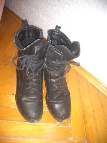 Ženska obuća | Srbija: Kožne poluduboke crne čizme, nošene, bez oštećenja