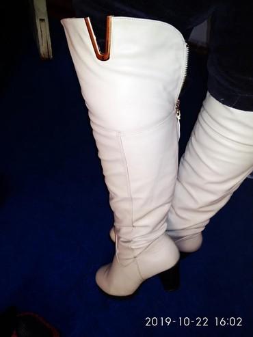 Женские сапоги в Каинды: Продаю сапоги бежевые на каблуке,каблук сантиметров 6)) теплые, с