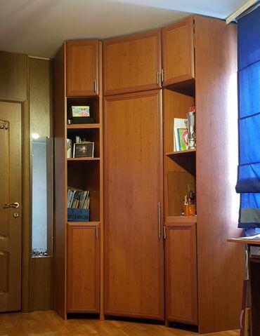 Шкаф угловой в отличном состоянии очень удобный и большой задние