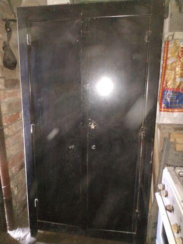 Продаю железный шкаф,сейф за 4000сом высота 180см ширина метр