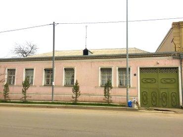 Gəncə şəhərində Həyət düzdur, 210 kvadratliğ evdir, həyətdə meyvə ağaclari