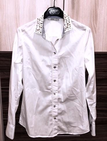 Bela košulja, u S/M veličini. Nošena par puta, bez oštećenja. Za - Kragujevac