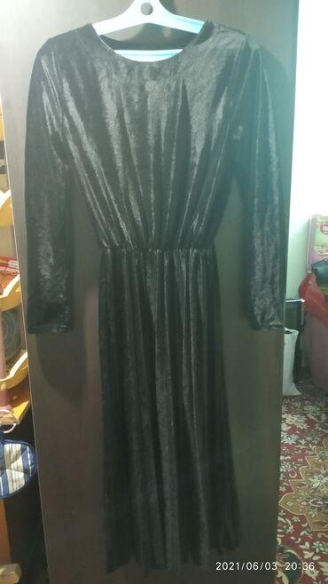Личные вещи - Кызыл-Туу: Продам бархатное платье. Низ плиссировка. Длина ниже колена, но не в
