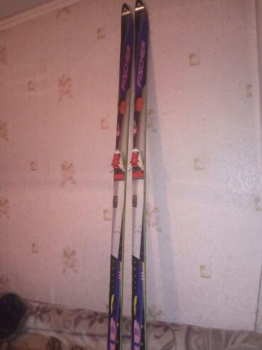 Спорт и хобби - Бишкек: Продаю срочно лыжи нужны деньги лыжи фирмы Fischer корбоновые