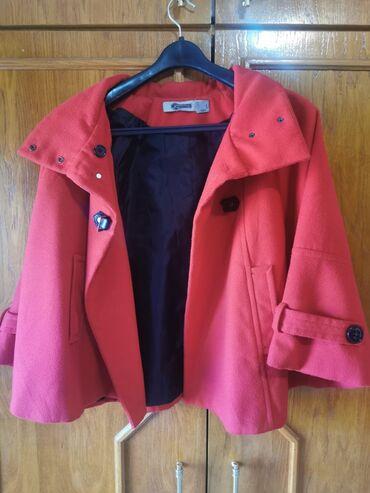 Zenski mantili - Srbija: Zenski mantil, jarko crvene boje.Od oštećenja ima samo pokidanu kopču