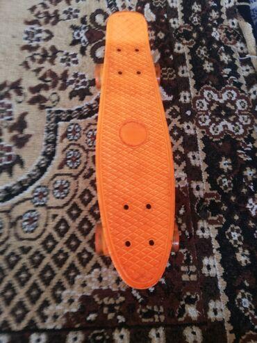 Продаю скейт борд, цвут аранжевого цвета, цена 750 есть царапины но в