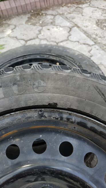 шины 205 55 r16 зима в Кыргызстан: Диски с резиной R16, зимняя резина maxxis 90% остаток протектора