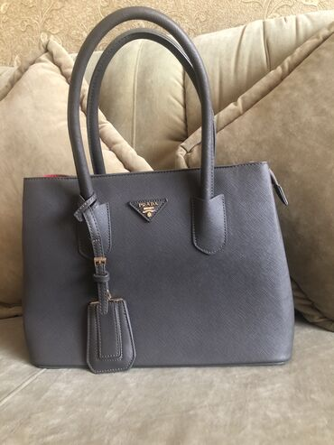 купить авто в аварийном состоянии в Ак-Джол: Продаю сумку Pradaсостояние новое, носила одни раз