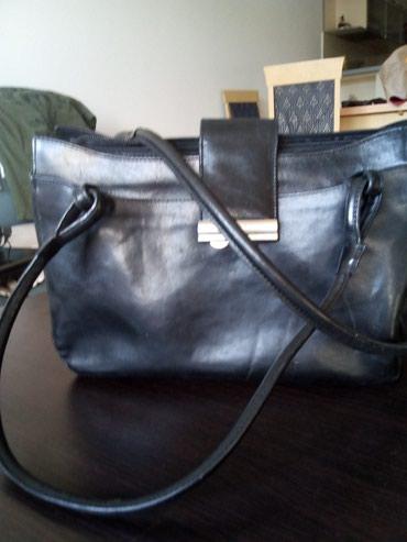 Kozna-tasna-sive-boje-placena- - Srbija: Monina crna kozna tasna kvalitetna velicina duzina 30 cm visina
