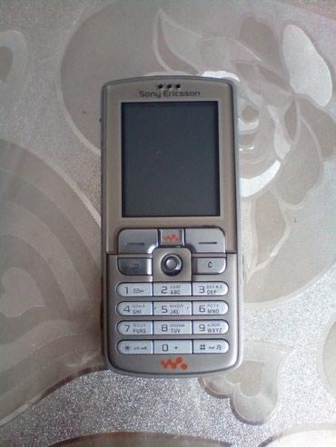 Bakı şəhərində Antik model SONY ERICSSON W700i telefonu. Telefon korpus kimi satilir.