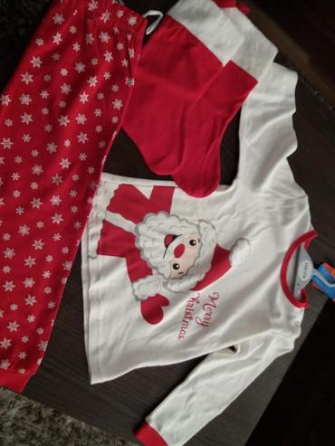 Dečija odeća i obuća - Kosovska Mitrovica: Pidzama novogodisnja i cizmice, novo, upakovano, 98 velicina, idealno