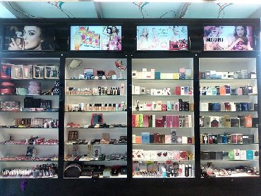 Parfümeriya Kosmetika vitrinleri Super veziyyetde! ümumi eni-4 metr