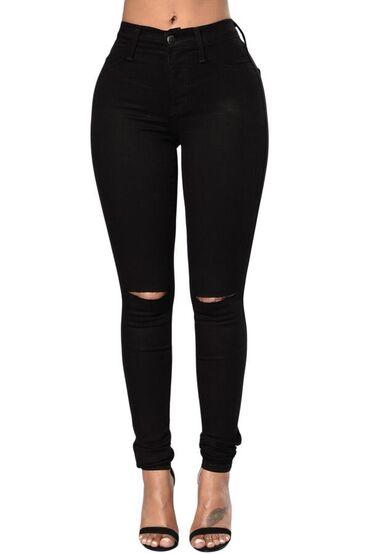 Чёрные джинсы в жизни только с одним вырезом в колене