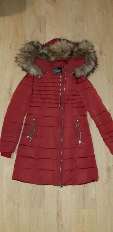 Prodajem hitno polovnu jaknu sa pravim krznom. nosena dve zime bordo