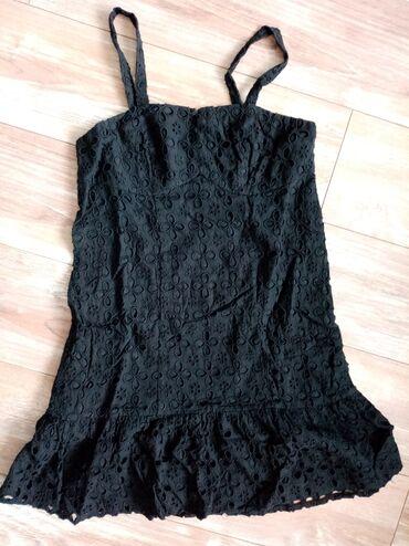 Intezivno crna haljina, ima rajfeslus sa strane. Nošena je jednom, kao