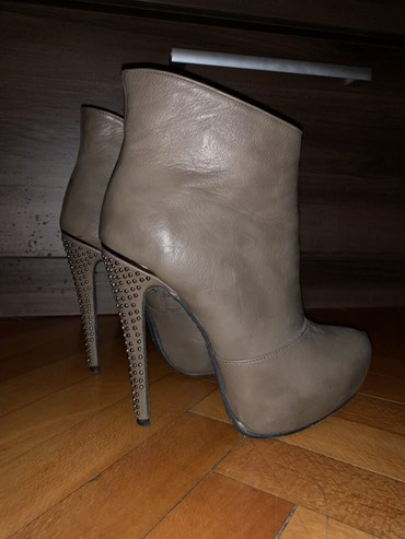 Plitke cizme br 38, stikla 13cm, na jednom mestu je malo razlepljena - Nis