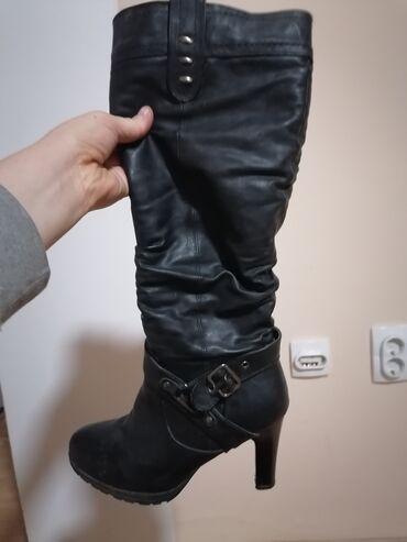 5737 oglasa   ŽENSKA OBUĆA: Crne cizme broj 40. Nosene jednu sezonu. Nemaju ostecenje. Cibzar