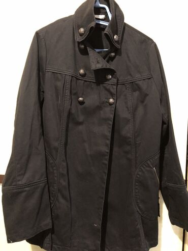 Elegantna crna jaknica. Detalji u inbox