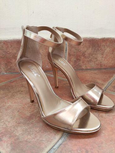 Zlatne lakovane sandale sa kaišem skroz nove, veličina br.39 sa