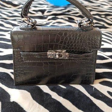сумка черного цвета в Кыргызстан: Продаю почти новую сумку.носила 1 раз.Цвет черный.качество отл.Цена