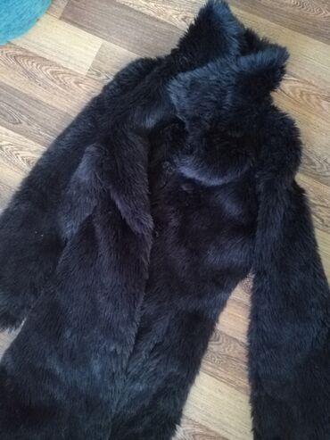Zenska bunda u velicini M/L, od vestackog krzna, vrlo topla, krzno je