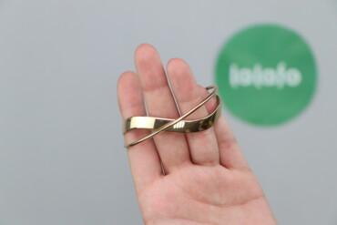 Жіночий браслет золотистий    Діаметр: 6 см  Стан гарний, є сліди носі