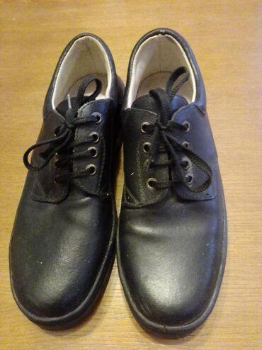 Radne cipele od prirodne kože, bez metalnog ojačanja. Otporne na ulje