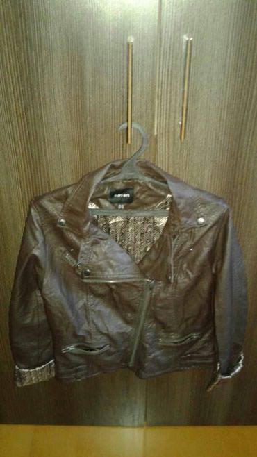 Куртки - M - Бишкек: Продаю куртку женскую, 38 размер, обработанная кожа, цвет коричневый