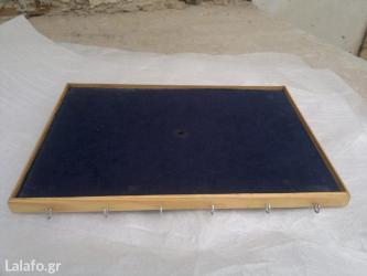 Τραπέζι για κρουστά 46x31 πωλείται Έχει πιαστράκια στο μπροστινό μέρος