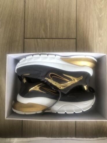 Новые кроссовки  37 размер торг уместен