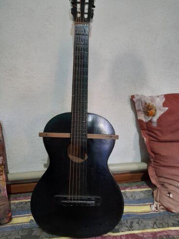 Гитара иштейт жакшы эле звук чыгат бирок эски сыныктары бар