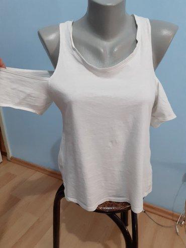 Zanimljiva bela majica kratkih rukava sa golim ramenima Velicina S