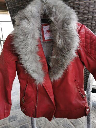 Kao nova, kozna crvena jakna sa sivim krznom, cica maca se