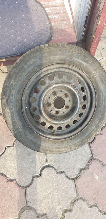 купить диски на 15 бу в Кыргызстан: Продаю одно колесо для запаски размером 195/65 R15 состояние не плохое