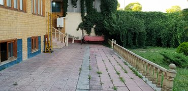 Gəncə şəhərində Gencede 4 nomreli mektebin yaxinliginda 4 otaqli heyet evi satilir.