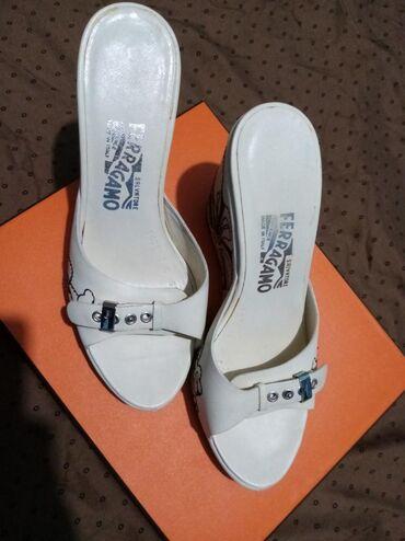 Ferragamo papuče na platformu  Broj 37 Nošene par puta Bez oštećenja
