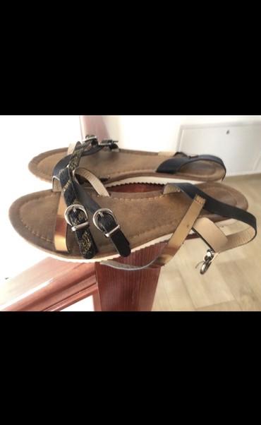 Zenske sandale sa kaiscicima crne i zlatne boje. Djon bele boje. - Sombor