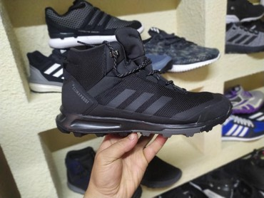 Кроссовки и спортивная обувь - Лебединовка: Продаю оригинальные зимние кроссовки Adidas Terrex. самая акуратная