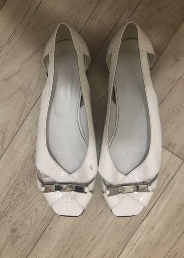 Na prodaju bele otvorene sandale, 2x upotrebljene, stanje se vidi na s