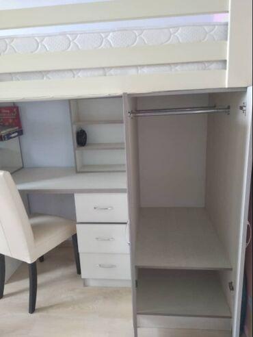 Детская мебель - Бишкек: Продаю 2-х местную Детскую кровать, с 2-я шкафами и 2-я рабочими