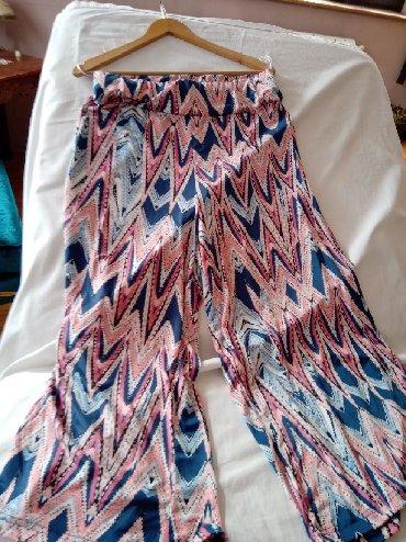 U prelepim teget roze bojama pantalone br m jednom obuceno