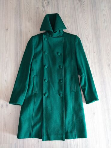 Zenska kapa - Srbija: Zenski kaput zelene boje sa zutom postavom, šiven velicina 40 duzina