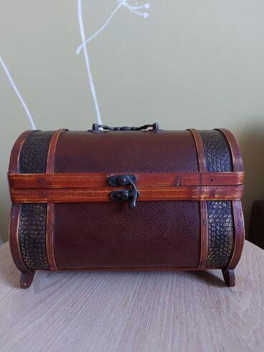 Bunda od cincile - Srbija: Dekorativni kofercic od drvetaDimenzije 16x23cmVeoma funkcionalan